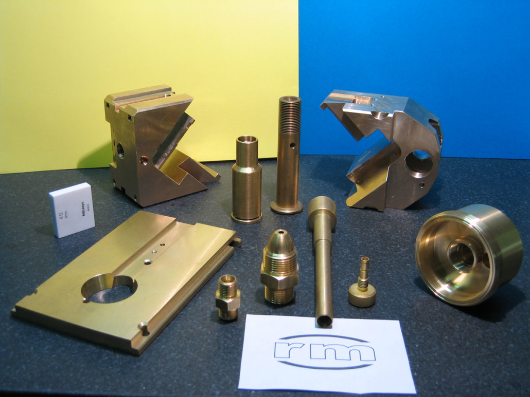 Various items in brass and bronze